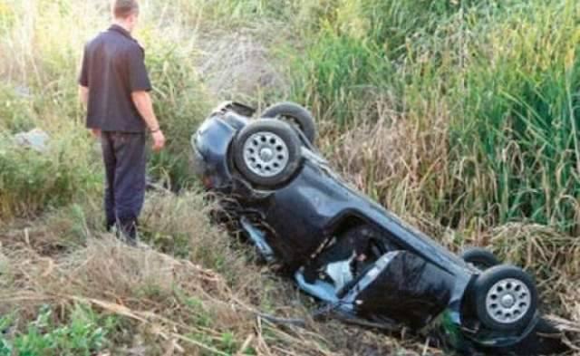 Un tânăr băut şi fără permis s-a răsturnat cu maşina la Apostolache